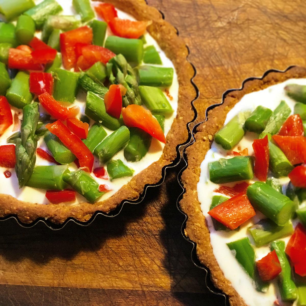 Tartelletes mit grünem Spargel und roter Paprika