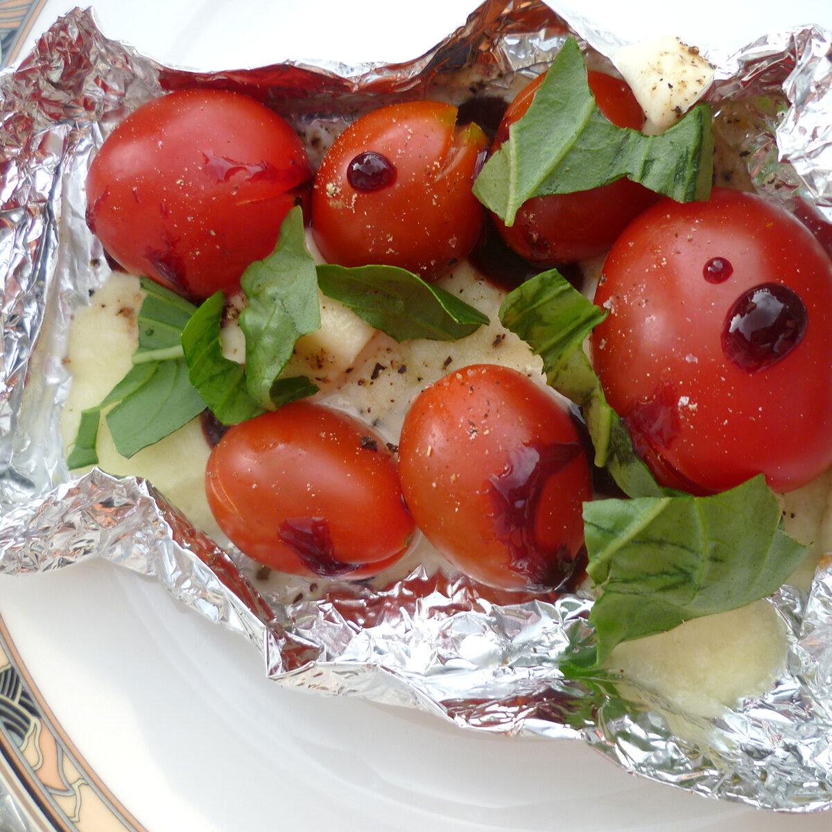 Tomaten mit überbackenem Mozarella und Crema di Balsamico