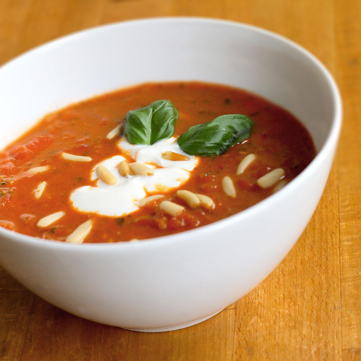Tomatensuppe mit Portwein, Pinienkernen und saurer Sahne