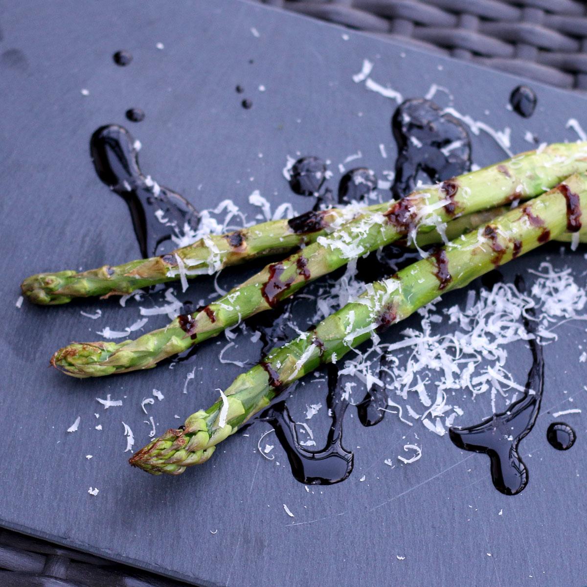 Gegrillter grüner Spargel mit Parmesan und Crema di Balsamico