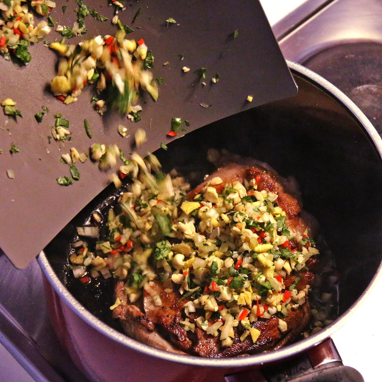 Lammschulter mit Pflaumensauce - Gewürze hinzufügen Koch für 2!
