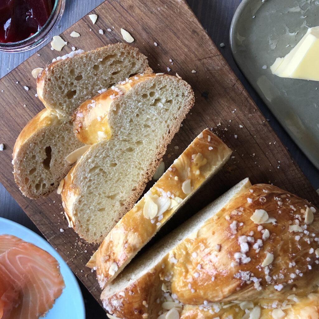 Osterzopf mit Lachs, Butter oder Marmelade