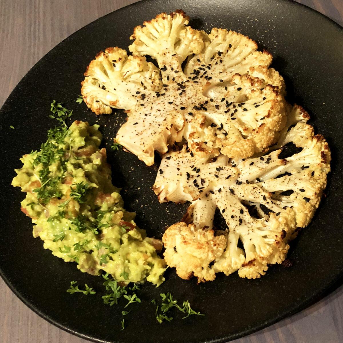 Gerösteter Blumenkohl mit Avocado-Dip