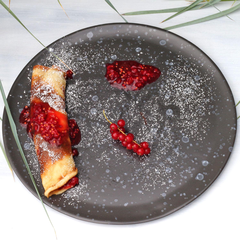 Pfannkuchen mit roten Johannisbeeren