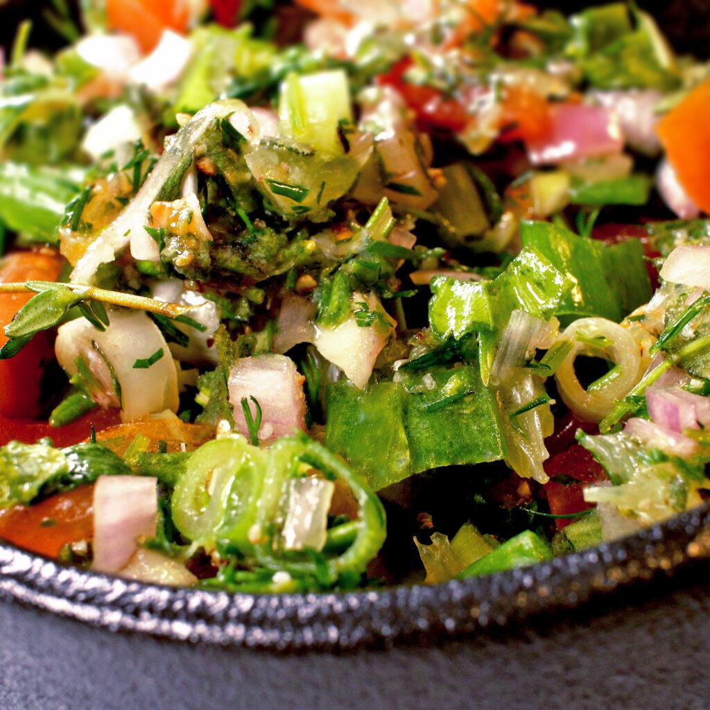 Füllung für Dorade: Kräuter, Frühlingszwiebeln, Tomate, Knoblauch, Limette