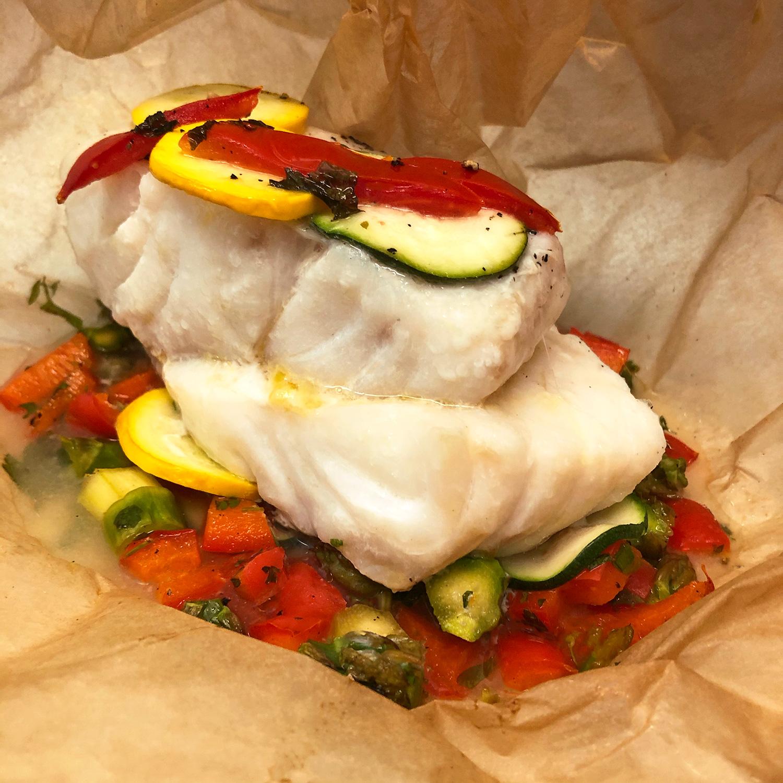Fisch aus dem Backofen mit Gemüse im Backpapier-Bonbon