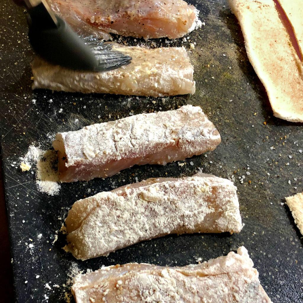 Fischstäbchen panieren