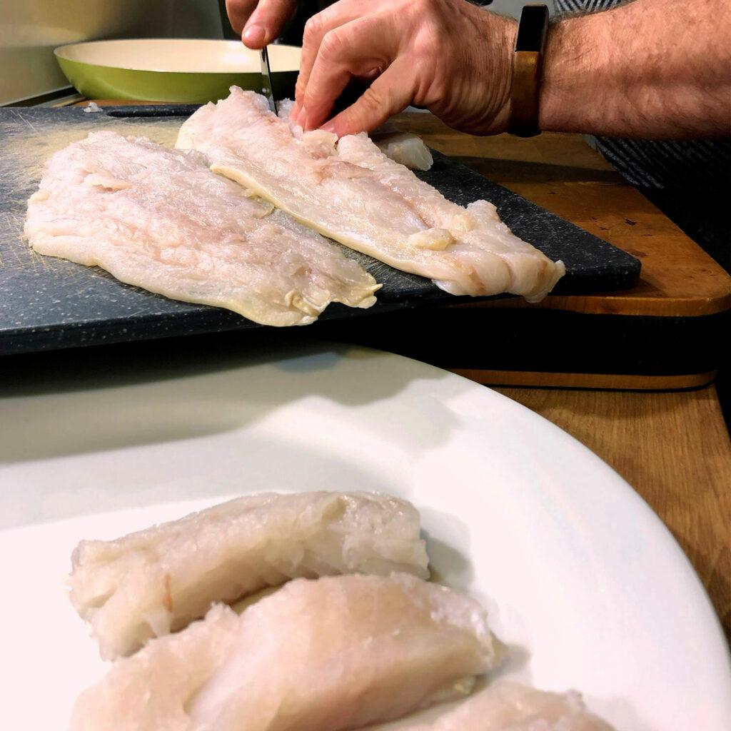 Fischstäbchen: Fisch zurechtschneiden