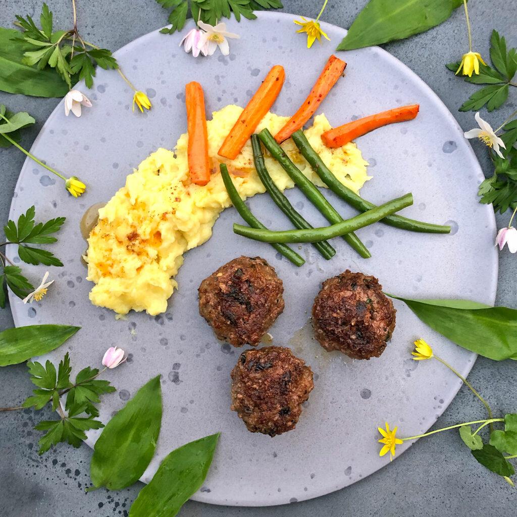 Lammfrikadellen mit Kartoffelstampf, Bohnen und Möhren
