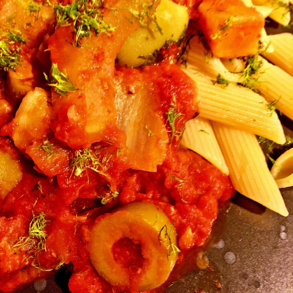 Sugo mit Fenchel, grünen Oliven und Fenchelsalami