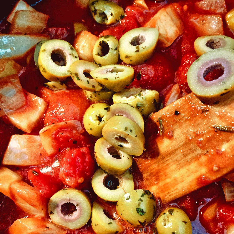 Sugo mit Fenchel und grünen Oliven