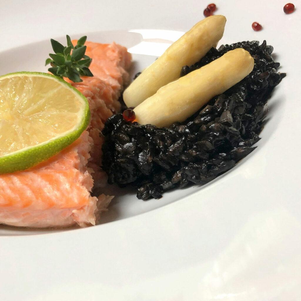 Risotto nero mit weißem Spargel und Wildachs | Koch für 2!