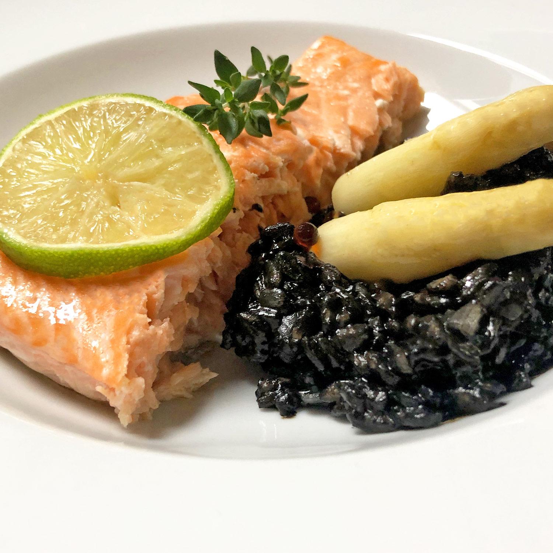 Risotto nero mit weißem Spargel und Wildachs Rezept | Koch für 2!