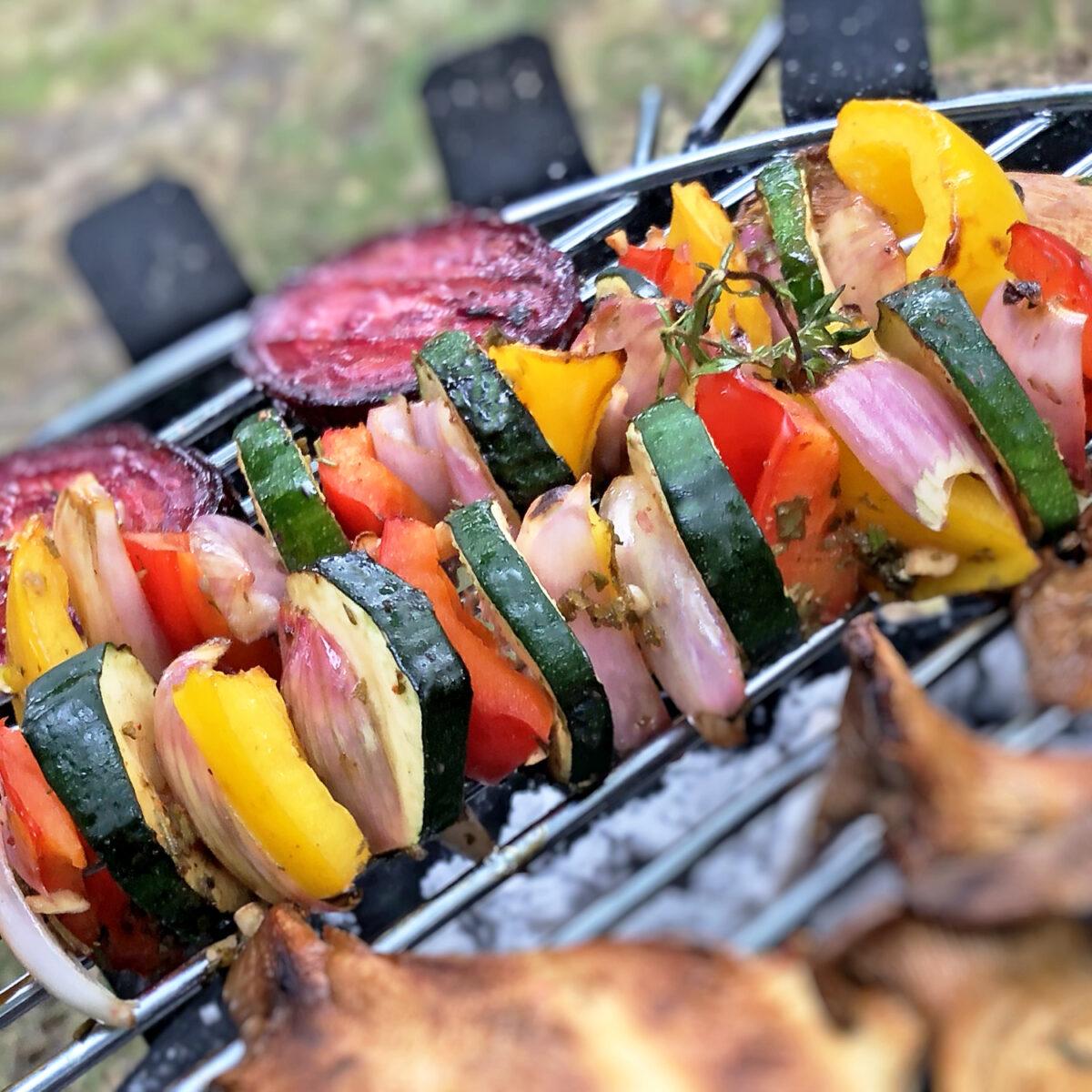 Bunte Gemüsespieße grillen