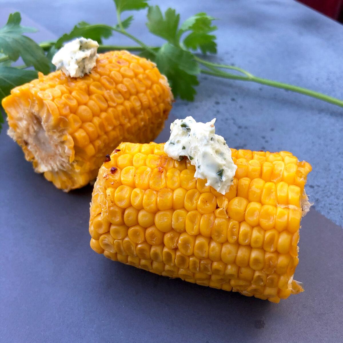 Gegrillter Maiskolben und selbstgemachte Kräuterbutter