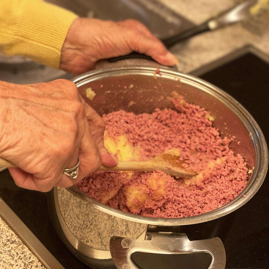 Hamburger Labskaus mit Rinderbrusthack und Kartoffelstampf mischen | Koch für 2!